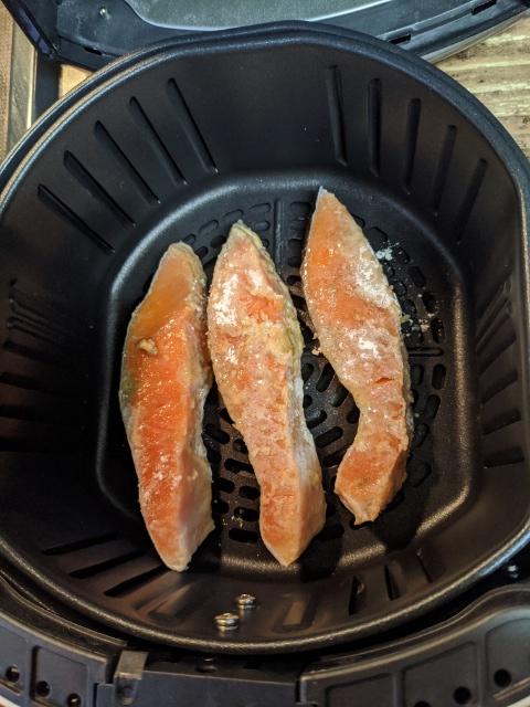 【カラーラ】子供でも簡単に作れるノンオイルフライヤー【鮭のムニエル】を作ってみた!